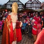 St. Nikolaus verteilt am ersten Adventswochenende im Hessenpark kleine Geschenke an die Kinder., Foto: privat