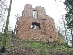 """Ruine Schloss Rauschenberg, By Presse03 (Own work) [<a href=""""https://creativecommons.org/licenses/by-sa/3.0"""" srcset="""